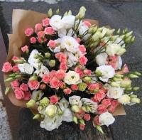 Цветочный луг Состав букета: роза кустовая розовая- 19 веток эустома белая- 10 веток Оформление: бумага флористическая Размер: 60 см