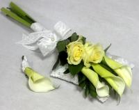 Букет невесты № 189 Состав букета: калла- 3 шт, роза- 2 шт, зелень.