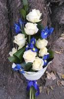 Летний звон Состав букета: роза белая- 8 шт ирис синий- 7 шт зелень Оформление: бумага