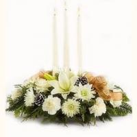 Зимний сон Состав: гвоздика- 7 шт, лилия- 1 ветка, хризантема- 3 ветки, шишки, ветки елочные, свечи- 3 шт. Размер: 40 см.