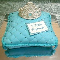 Торт Голубая подушка Вес торта: 3 кг Заказывать торт необходимо за 3- 4 дня до момента доставки! Доставка торта возможна только по Киеву и области. Выберите начинку для торта: ФруктовыйНежный ванильный бисквит, пропитанный сахарным сиропом. Крем из натуральных, взбитых сливок с кусочками фруктов (персик, киви, ананас, груша, вишня, ягоды по сезону). Шоколадно-вишневыйШоколадный бисквит, пропитанный вишневым сиропом (по желанию с коньяком), взбитые сливки с вишней и кусочками шоколада. СметанникШоколадный и ванильный бисквит, сметанный крем (по желанию с добавлением орехов и кусочками шоколада). ЛакомкаТрадиционный белый бисквит, пропитанные карамельным сиропом, нежный крем из взбитых сливок с добавлением сгущенки-ириски с вишней. Птичье молоко Нежный бисквит(ванильный или шоколадный, на выбор), пропитанный ванильным сиропом. Крем— суфле птичье молоко скусочками белого ичерного шоколада. Золотой ключик Ореховый бисквит, пропитанный кофейным сиропом, крем на основе вареной сгущенки с жаренными грецкими орехами. ТрюфельныйШоколадный бисквит с кусочками шоколада, ромовая пропитка, шоколадно трюфельный крем с кусочками шоколада. Медовик Тонкие медовые коржи, сметанный крем, чернослив, курага и грецкий орех. (Можно без сухофруктов или на выбор).