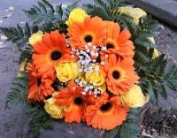 Тропический рассвет Состав букета: гербера оранжевая- 7 шт роза желтая- 10 шт гипсофила декоративная зелень Размер: 55 см Оформление: желтый флизелин
