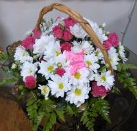 Мармеладка Состав корзины: хризантема белая- 5 веток роза кустовая- 7 веток декор бабочка Размер: 20- 25 см