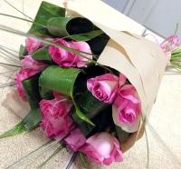 Лазурный берег Состав букета: роза -11 шт аспидистра- 7 шт декоративная зелень берграсс Оформление: бумага Размер: 60 см