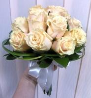 Букет невесты № 239 Состав букета: роза кремовая - 15 шт декоративная зелень Букет выполнен на собственных стеблях Бутоньерка для жениха в подарок