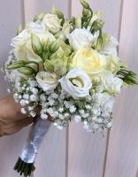 Букет невесты № 394 Состав букета: роза белая- 5 шт эустома белая - 7 веток гипсофила Букет выполнен на собственных стеблях Бутоньерка для жениха в подарок!