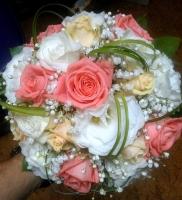 Букет невесты № 241 Состав букета: роза розовая- 6 шт, роза кремовая- 5 шт, эустома белая- 2 ветки, гипсофила, зелень, портбукетник. Бутоньерка для жениха в подарок!