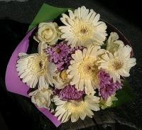 Подарок феи Состав букета: роза белая- 5 шт, хризантема розовая- 3 шт, гербера- 5 шт. Для самой любимой, единственной и неповторимой...