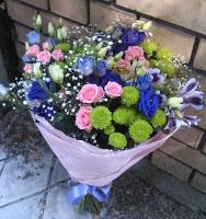 Звоночек Состав букета: роза кустовая - 3 ветки, эустома - 7 шт, хризантема - 3 шт, альстромерия- 5 шт, гипсофила. Оформление: бумага флористическая Размер: 60 см