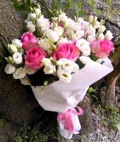 Баллада о любви Состав букета: роза розовая- 9 шт эустома белая- 10 веток Оформление: светлый флизелин Размер: 60 см