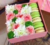 Капелька нежности Состав: хризантема белая - 2 ветки хризантема зеленая- 1 ветка кустовая роза - 2 ветки печенье- 6 шт коробка квадратная