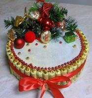 Новогодний тортик Состав: конфеты шоколадные- 55 шт печенье Датское- 1 шт новогодний декор Размер: диаметр 22 см, высота 11 см
