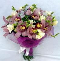 Тет-а-тет Состав букета: орхидея розовая, фрезия белая- 10 шт, аспидистра, зелень. Божественные орхидеи и ароматные, нежные фрезии подарят незабываемые минуты наслаждения, радости и огромного удовольствия.