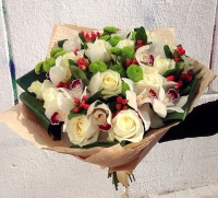 Королева Состав букета: орхидея белая роза белая- 15 шт гиперикум красный- 5 веток хризантема Филин грин- 5 шт флористическая зелень аспидистра- 7 шт Оформление: бумага флористическая Размер: 55 см