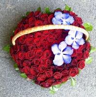 Первое свидание Состав букета: роза красная- 101 шт ванда синяя- 3 шт корзина Композиция выполнена в форме сердца