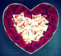 Розы и конфеты Состав: розы красные- 17 шт конфеты Raffaello- 15 шт коробка в виде сердца