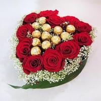 Сердечко для любимой Состав: розы красные- 11 штук конфеты Ferrero- 13 шт гипсофила форма-оазис