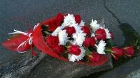 Подарок С любовью Состав: роза красная- 15 шт хризантема белая- 2 ветки Оформление: красный флизелин Букет выполнен в форме одностороннего каскада