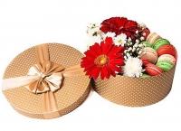 Мини сюрприз в коробке Состав: гербера-2 шт хризантема- 1 шт гипсофила- 1 ветка печенье- 10 шт коробочка круглая
