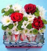 Подарок с улыбкой Состав: хризантема зеленая- 3 ветки хризантема белая- 2 ветки роза красная- 3 шт конфеты Raffaello- 15 шт коробочка