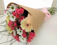 Весенняя капель Состав букета: роза кустовая розовая- 9 веток гербера- 3 шт хризантема- 5 веток зелень берграсс Оформление: бумага Размер: 50 см