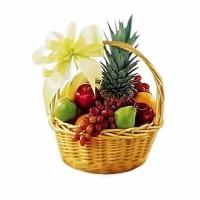 Подарочная корзина № 14 Состав корзины: ананас- 1 шт, виноград- 1 грона, апельсин- 1 кг, киви- 5 шт, банан- 1 кг, яблоко- 1 кг, мандарины- 5 шт, груша- 3 шт, грейпфрут- 1 шт. Ассортимент корзинки  и колличество наполнения можно изменить по Вашему усмотрению. Такое изобилие фруктов доставит Вашему имениннику огромное удовольствие. Экзотическая корзинка погрузит Вас в настоящий фруктовый рай. Корзина с фруктами станет самым приятным и самым вкусным сюрпризом. Спелые и сочные фрукты, собранные в одной корзине, оригинально оформленные опытными флористами, придают изумительный праздничный вид корзинке. Корзина фруктовая может быть наполненна разнообразными фруктами, а также, для любителей сладкоежек возможна корзинка разнообразных сладостей. К Новогоднему празднику ни одна корзина не обойдется без любимого напитка, спелых фруктов и вкусного шоколада. Для новорожденных или самых маленьких именинников прекрасным подарком будет корзина подарочная с фруктами, а также корзина со сладостями и обязательно с мягким плюшевым мишкой.