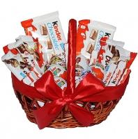 Корзина Сладкая жизнь Состав: шоколад Kinder Boueno- 5 шт яйца Kinder - 7 шт шоколад Kinder Chocolate- 2 уп шоколад Т4- 2 упак плетеная корзина, бант