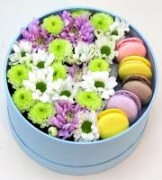 Милое чудо Состав: хризантема белая, розовая, зеленая- 3 ветки печенье Макаронс- 5 шт коробочка средняя