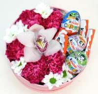 Для самой нежной Состав: гвоздика розовая- 5 шт хризантема белая- 1 ветка цветок орхидеи- 1 шт киндеры яйца- 3 шт киндеры шоколад Т4- 1 шт коробочка средняя