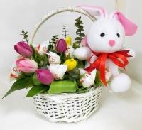 Конфеты в цветах Состав: тюльпан разноцветный- 11 шт конфеты Raffaello- 15 шт игрушка зайчик 15 см декоративная зелень корзинка маленькая