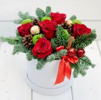 Новогоднее счастье Состав: роза красная- 5 шт хризантема зеленая- 2 ветки шишки- 4 шт конфеты Ferrero Rocher- 3 шт Новогодние шарики - 2 шт, палочка корицы, веточки живой ели коробка подарочная