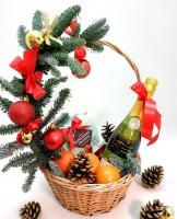 Новогодняя красота Состав: шампанское Fragolino- 1 шт, конфеты трюфеля- 1 коробка, мандарины- 1 кг, новогодний декор.