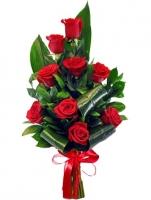 Яркое пламя Состав букета: роза красная- 9 шт рускус- 5 шт аспидистра- 5 шт Оформление: лента Размер: 60 см Букет выполнен в форме одностороннего каскада.
