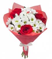 Бегу к тебе Состав букета:  роза красная- 3 шт, хризантема белая- 4 ветки Оформление: бумага (флизелин) красный Размер: 60 см