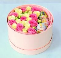 Ты прекрасна Состав: роза розовая- 9 шт роза кустовая белая- 4 ветки киндер- 3 шт коробка розовая (диаметр 18 см) Милая и нежная коробка с розовыми и белыми розами и киндер-сюрпризами. Можно сделать такую же коробочку в любой другой цветовой гамме.