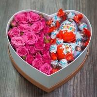 Яркая встреча Состав:  роза кустовая розовая- 5 веток киндер-сюрприз яйца- 2 шт киндер-яйцо конфеты - 2 упак коробка в форме сердца