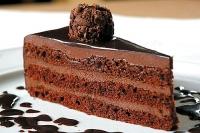 Торт Шоколадный Если у Вас День рождения, юбилей или просто приятная встреча, то без шоколадного тортика Вам просто не обойтись. Он будет прекрасным дополнением к букету цветов или цветочной композиции. Вес торта: 1 кг.