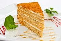 Торт Медовый Один из самых вкусных тортов- ароматный медовый десерт, пропитанный сливочным кремом с тонкими нотками меда. Медовый торт является хорошим источником вдохновения. Подарив такой сладкий сюрприз, Вы преподнесете горсть удовольствия и радости, придадите настоящий медовый вкус празднику. Вес торта: 1 кг.