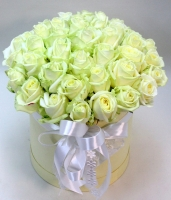 Коробочка белоснежных роз