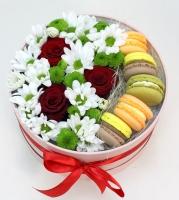 Коробочка Незнакомка Состав букета: хризантема белая- 2 ветки хризантема зеленая- 1 ветка роза красная- 3 шт печенье Макаронс- 5 шт коробочка средняя
