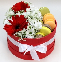 Маленький презент Состав: хризантема белая- 2 ветки гербера красная- 2 шт гипсофила- 1 ветка печенье 10 шт