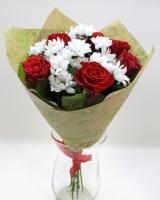 Мелодия любви Состав букета: роза- 6 шт, хризантема- 3 шт, зелень.