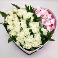 Цветочный микс Состав: кустовая роза белая- 4 ветки конфеты Raffaello T15 зелень коробка сердце