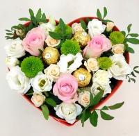 Утро в Париже Состав: роза розовая-3 шт кустовая роза кремовая- 2 ветки эустом белая- 2 ветки хризантема зеленая-1 ветка зелень конфеты Ferrero- 3 шт коробка сердце