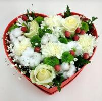Сердце Амура Состав: роза белая-3 шт хлопок- 4 шт гвоздика белая- 5 шт гипсофила зелень хиперикум- 2 шт хризантема зеленая-2 шт коробка сердце