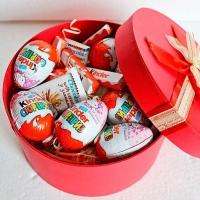 Коробочка сладостей Состав: киндер- 6 шт киндер шоколад со злаками- 3 шт киндер Т4- 1 уп коробка маленькая
